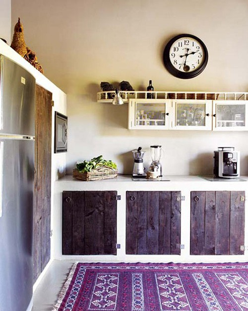 rustic-kitchen-with-colorful-rug